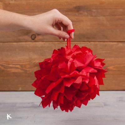 Cómo hacer pompones de papel de seda para tu decoración navideña